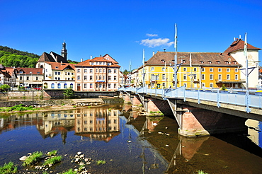 Overlooking the river Murg to the historic centre with Stadtbruecke city bridge and Sankt Jakobskirche St. James church, Gernsbach, Murgtal, Black Forest, Baden-Wuerttemberg, Germany, Europe