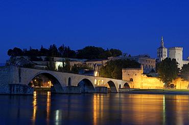 Saint Benezet bridge, Papal Palace, Palais des Papes, and Notre Dame des Doms Cathedral at dusk, Avignon, Vaucluse, Provence-Alpes-Cote d'Azur, Rhone valley, Provence, France, Europe
