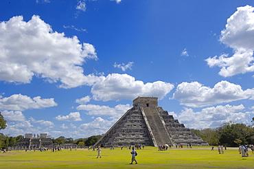 Pyramid of Kukulkan, The Castle, Mayan ruins of Chichen Itza, Mayan Riviera, Yucatan Peninsula, Mexico