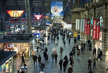 Crowds in the main station, Frankfurt Hauptbahnhof, Frankfurt, Hesse, Germany.