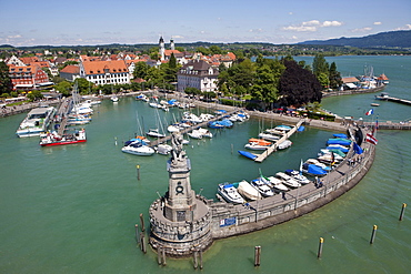 View of the port of Lindau with the monument of the lion overlooking the lake by sculptor Johann von Halbig, Lindau am Bodensee, Lake Constance, Bavaria, Germany, Europe