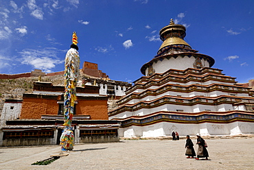 Gyantse Kumbum, walk-in mandala, and Pelkor Choede monastery with Tibetan pilgrims, elderly women, Gyantse, Tibet, China, Asia