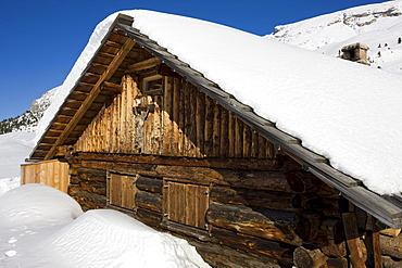 Snow-covered mountain lodge on the Plaetzwiese high plateau, Dolomites, South Tyrol, Italy, Europe