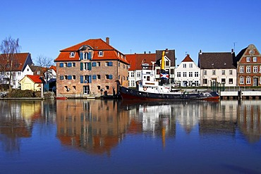 Historic salt storehouse, other historc houses and tugboat, Flensburg, port in the historic town centre of Glueckstadt, Schleswig-Holstein, Germany, Europe
