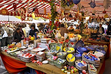 Colourful crockery from Italy, stall on the Auer Dult market, Munich, Bavaria, Germany, Europe