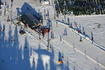 Aerial photo, Winterberg, skiing area, ski-lift and skiers, Kahler Asten, Hochsauerlandkreis, North Rhine-Westphalia, Germany, Europe