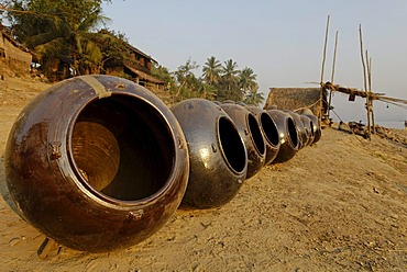 Martaban pots in the pottery village Kyauk Myaung on the shore of the Irrawaddy River, Ayeyarwady, Irawady, Burma, Myanmar, Asia
