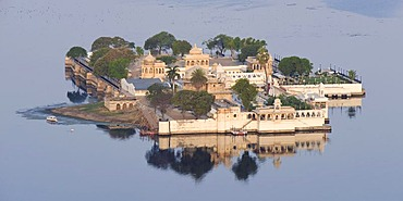 View of the Jag Mandir Palace, Pichola Lake, Udaipur, Rajasthan, India, South Asia