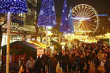 Christmas market in the evening, Koenigsstrasse, pedestrian zone, downtown Duisburg, North Rhine-Westphalia, Germany, Europe
