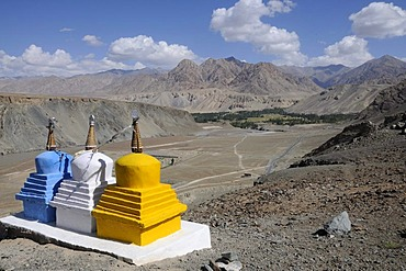 Chorten in the upper Indus valley, following the confluence of the Indus and the Zanskar Rivers, Ladakh, India, Himalayas, Asia