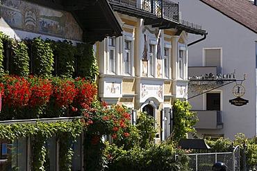 Guild symbol of Wilhelm Schweizer, pewter figures in Herrenstrasse in Diessen on Lake Ammersee, Pfaffenwinkel, Fuenfseenland, Upper Bavaria, Germany, Europe