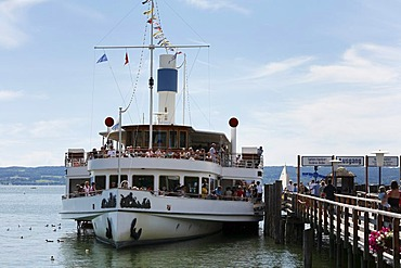 The paddle steamer Herrsching on Lake Ammersee in Herrsching, Fuenfseenland, Upper Bavaria, Germany, Europe