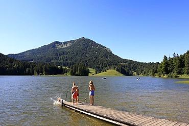 Bathing jetty on Spitzingsee lake, Brecherspitze mountain, Mangfall mountain range, the Alps, Upper Bavaria, Bavaria, Germany, Europe