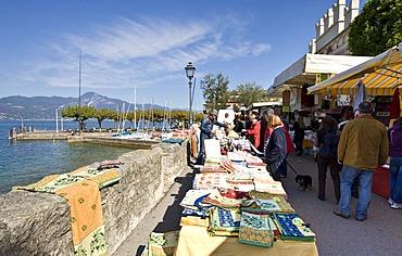 Weekly market in Torri del Benaco on Lake Garda, Lago di Garda, Lombardy, Italy, Europe