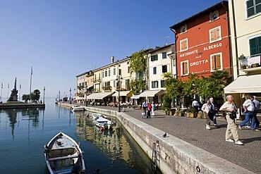 Houses along the Via Fontana and boats in the harbour, Lazise, Lake Garda, Lago di Garda, Lombardy, Italy, Europe