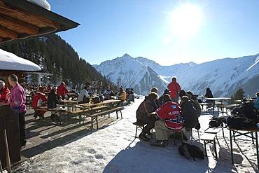 Apres Ski at the Heitwanger Hochalm mountain pasture, at back Mount Roter Stein, 2366 m, Mount Aelple, 1663 m, Mount Hoenig, 2034 m, Bichelbach, Tyrol, Austria, Europe