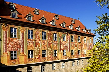 Painted facade of the Old Town Hall seen from the the Obere Bruecke Bridge, Bamberg, Upper Franconia, Bavaria, Germany, Europe