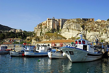 Medieval city palaces, Palazzi, built on rock at the steep cliffs, boats in the port, Marina del Vescovado, Porto di Tropea, Vibo Valentia, Calabria, Tyrrhenian Sea, South Italy, Italy, Europe