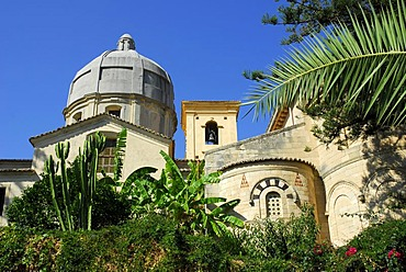 Garden, dome and facade of the Cathedral in the historic centre, Cattedrale di Tropea, Tropea, Vibo Valentia, Calabria, South Italy, Europe
