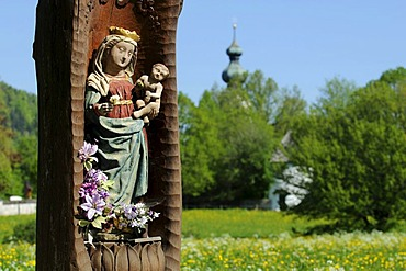 Carved wood figure of the Virgin Mary on the roadside, Ruhpolding, Chiemgau, Bavaria, Germany, Europe