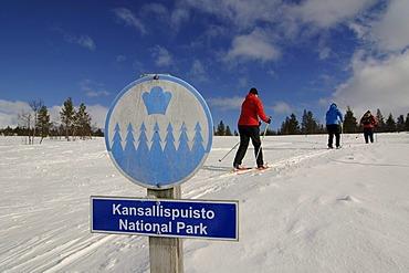 Nordic ski, cross-country skiers, sign indicating Kansallispuisto Nationalpark, Kiilopaeae, Ivalo, Lapland, Finland, Europe