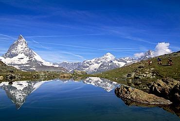 Mountain bikers at Riffelalpsee Lake, Mt Matterhorn, Zermatt, Valais, Switzerland, Europe