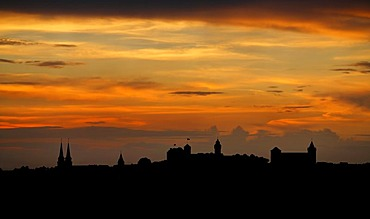 Red evening sky with the silhouette of the historic city centre, Nuremberg, Middle Franconia, Bavaria, Germany, Europe