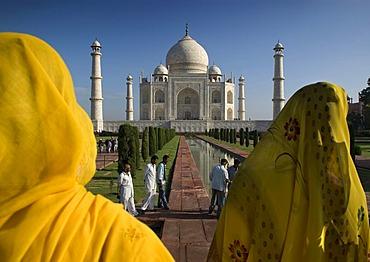 Women wearing saris in front of the mausoleum of the Taj Mahal, Agra, Uttar Pradesh, North India, India, Asia