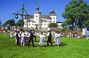 Swedish Costume Group, dance, Midsummer Festival, Laeckoe slott, Laeckoe castle, baroque palace in Vaestergoetland on the island of Kallandsoe, Vaenern, Sweden, Europe