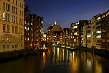 Historical Hamburg merchant houses at the Nikolaifleet channel at night, Deichstrasse Street, Hamburg, Germany