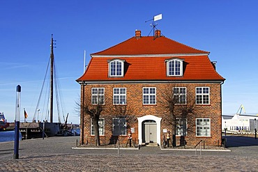 """Historic """"Baumhaus"""" in the old harbour, Hanseatic City of Wismar, UNESCO World Heritage Site, Mecklenburg-Western Pomerania, Germany, Europe"""