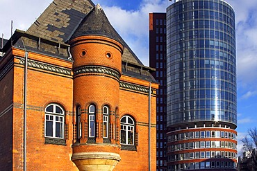 Historic building of the old port police station and the modern Hanseatic Trade Center, Kehrwiederspitze, Speicherstadt, old warehouse district, Kehrwiederspitze, HafenCity, port of Hamburg, Germany, Europe