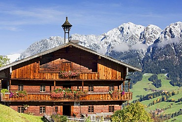 Traditional farm house in Inneralpbach in front of Gratlspitze peak, Kitzbuehel Alps, North Tyrol, Austria, Europe