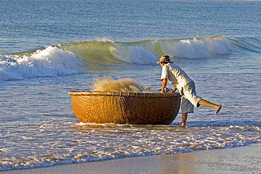 Vietnamese fisherman bringing in his basket boat, beach at Mui Ne, Vietnam, Southeast Asia, Asia