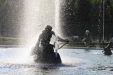 DEU, Schwetzingen, 14.09.2005, palace garden Schwetzingen, foutain in back light
