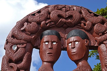 Entrance with wood carvings, Maori village, Whakararewa, Rotorua, Nord Island, New Zealand