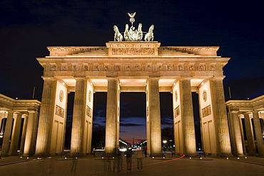 Brandenburger Tor (Brandenburg Gate) at night, Pariser Platz, Central Berlin, Germany, Europe