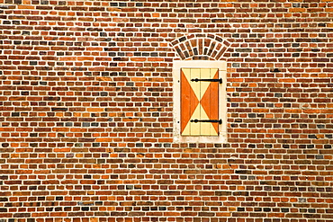 Window in a brick wall, Raesfeld Moated Castle, 17th century, Raesfeld, Muensterland, North Rhine-Westphalia, Germany, Europe