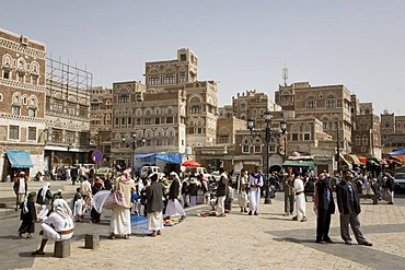 Souk, buildings made of brick clay, marketeers, square in front of the Bab El Yemen, Sanëaí, UNESCO World Heritage Site, Yemen, Middle East