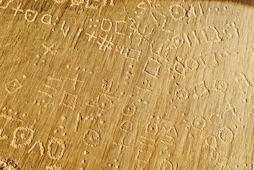 Tuareg script (Tifinagh) on stone, rock carvings, Youf Ahakit, Tassili du Hoggar, Wilaya Tamanrasset, Algeria, Sahara, North Africa
