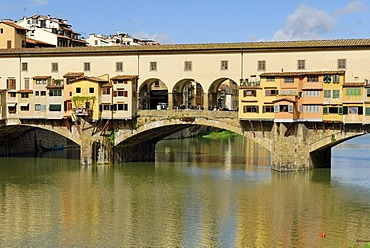 Ponte Vecchio Bridge on the bank of the river Arno, UNESCO World Heritage Site, Florence, Tuscany, Italy, Europe