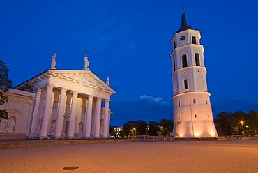 Cathedral and Cathedral¥s Square at night , Vilnius, Lithuania