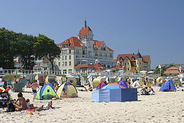 BRD Germany Mecklenburg Vorpommern Kuhlungsborn Sandstrand tourists at the beach sun shelters hotel at the beach