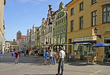 BRD Deutschland Mecklenburg Vorpommern City Wismar at the Pedestrian Zone People are shopping Market Square Coffeeshop