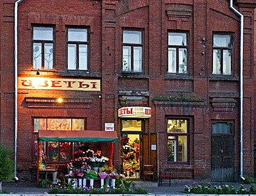 Small Flower shop at the evening, Omsk at the Rivers of Irtisch and Omka, Omsk, Sibiria, Russia, GUS, Europe,