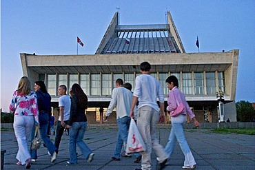 Music and Ballet Theatre with visitors in the evening, Omsk at the Rivers of Irtisch and Omka, Omsk, Sibiria, Russia, GUS, Europe,