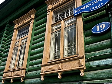 Windows with Ornamentic frame of an old Townhouse, Omsk at the Rivers of Irtisch and Omka, Omsk, Sibiria, Russia, GUS, Europe,