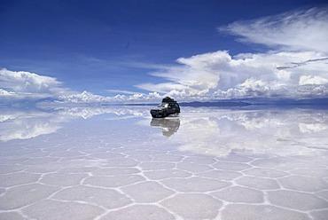 Four Wheel Drive with tourists in the salt desert Salar de Uyuni, Bolivia
