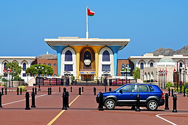 Blue SUV in front of the Sultan's Palace, Al Alam Palace, Muscat, Sultanate of Oman, Middle East