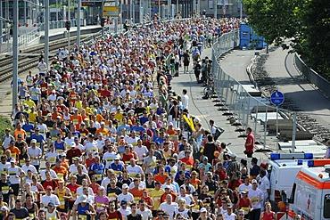 Mass start to the Half-marathon on Koenig-Karls-Bruecke bridge, Stuttgart, Baden-Wuerttemberg, Germany, Europe, 22.06.2008